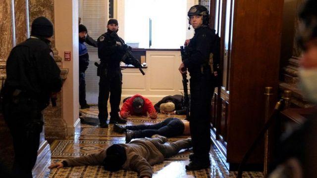 A Polícia do Capitólio, fortemente armada, deteve alguns manifestantes