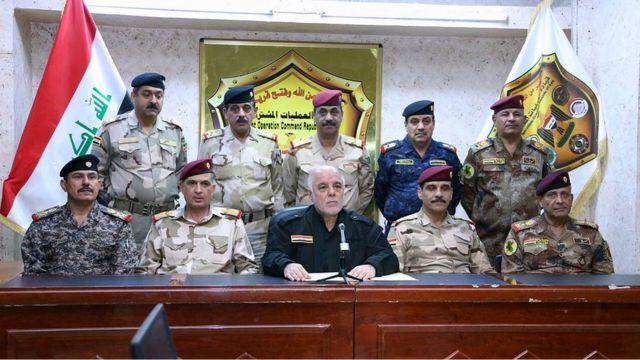 Minisitiri w'Intebe wa Iraki, Haider al-Abadi, hagati, akikijwe n'ingabo