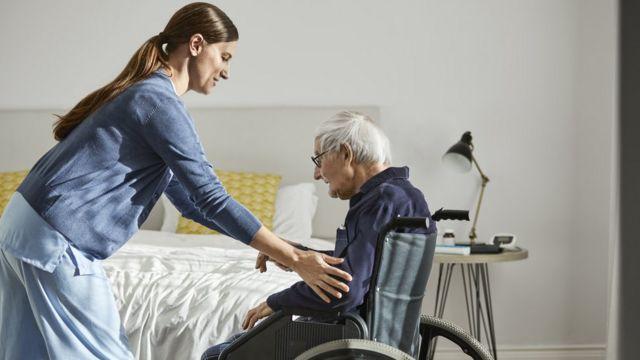 Mujer cuida a anciano
