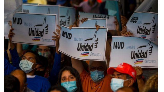 Seguidores asisten al anuncio de la MUD de participar en los comicios regionales de Venezuela