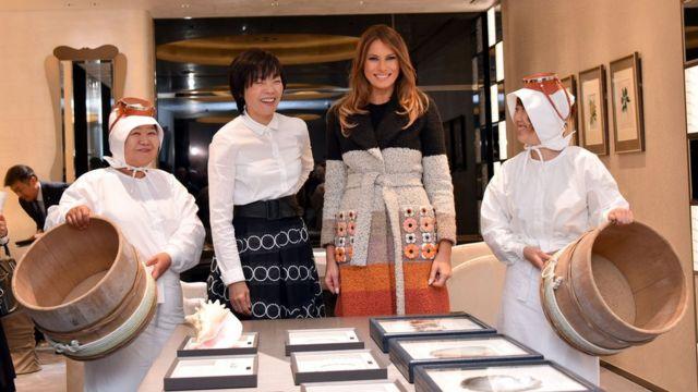 梅拉尼婭·特朗普(右二)與安倍昭惠(左二)參觀珍珠店(5/11/2017)