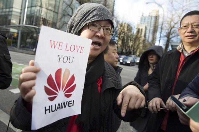 Chinesa protesta em favor da Huawei