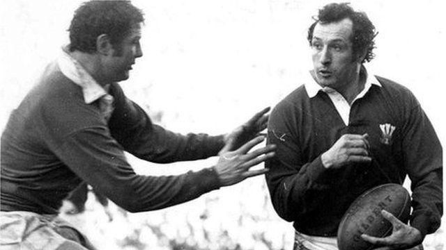 Gareth a Cymru'n trechu Iwerddon yn 1978, ar eu ffordd i Gamp Lawn arall a'r olaf i'r mewnwr. Enillodd Gareth 3 Camp Lawn, 5 Pencampwriaeth a thair Coron Driphlyg. Gareth and Wales beating Ireland in 1978 on their way to a Grand Slam - the last for the scrum half. Gareth won 3 Grand Slams, 5 Championships and 3 Triple Crowns