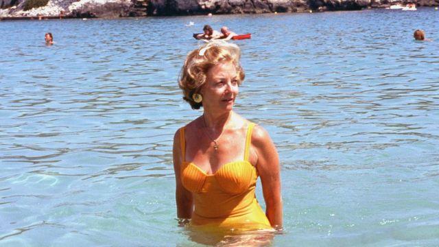 María Estela Martínez de Perón durante unas vacaciones en Cala Galdana, Menorca, Islas Baleares, España, 1991.