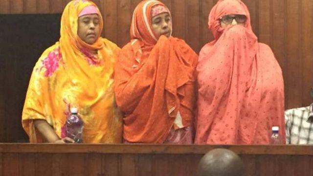 De gauche à droite, Shukri Ali, Saida Ali et Naima Mohamed Ali, comparaissent devant un tribunal de Mombassa