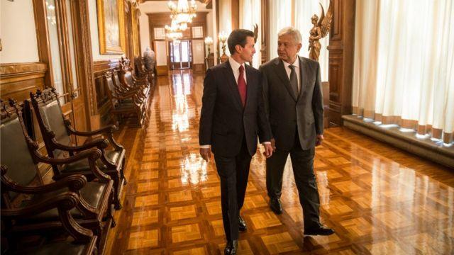 """La transición entre el presidente Enrique Peña y López Obrador es """"inédita""""."""