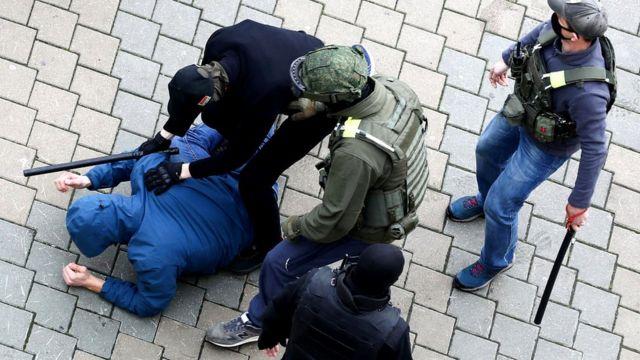 Избиение протестующего в Минске