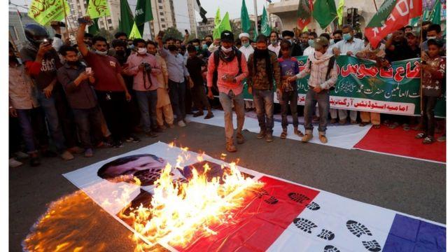 متظاهرون يحرقون صورة ماكرون