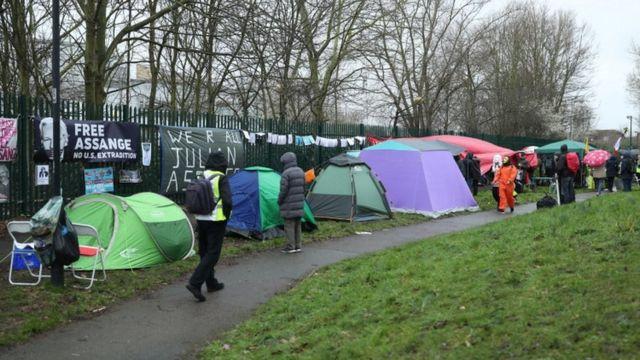 Сторонники Ассанжа разбили палаточный лагерь у здания суда