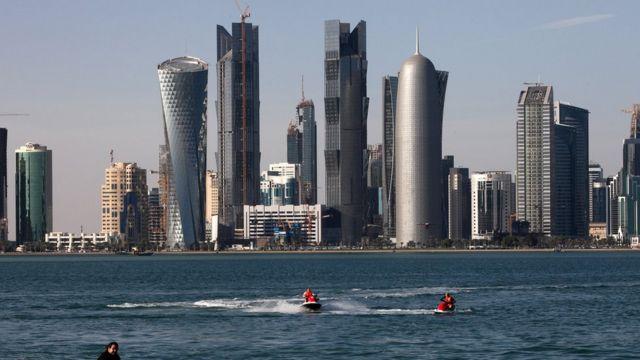 Imagem mostra edifícios e pessoas pilotando jet skis em Doha
