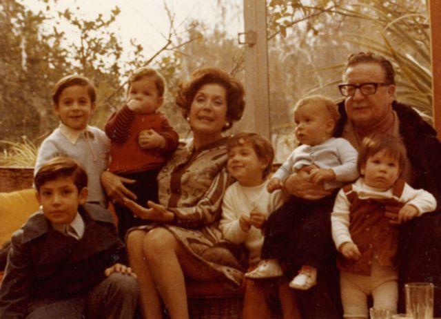 Salvador Allende y su esposa Hortensia Bussi con sus nietos. Marcia Tambutti está a la derecha.