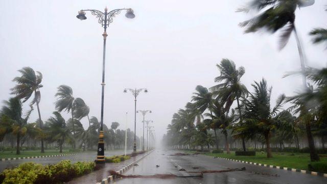 توفان ابتدا از بخش غربی شهر صلاله وارد عمان شد