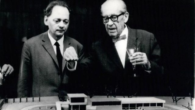 Walter Gropius, à direita