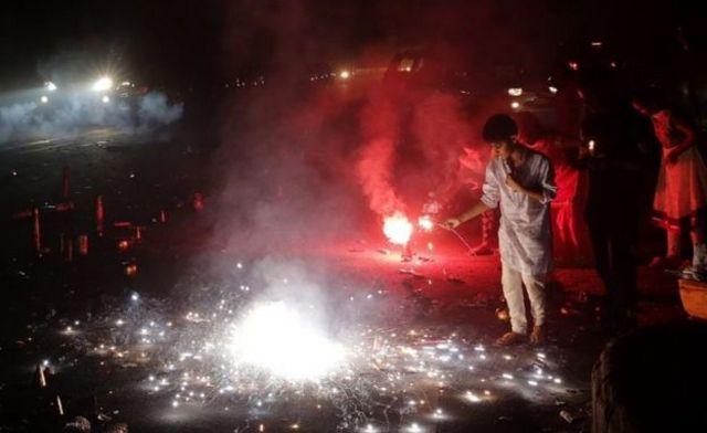 दिवाली पर रोज पटाखे जलाए जाते हैं.