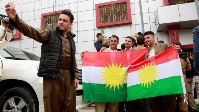Kurdos se sacan fotos con banderas kurdas