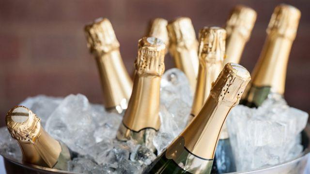 Garrafas de champanhe no gelo