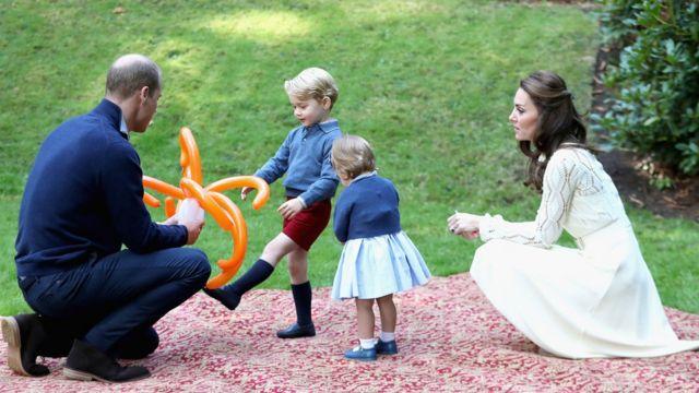 Герцог и герцогиня Кембриджские играют со старшими детьми на траве