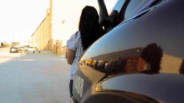Amira (que no es su nombre verdadero) de espaldas apoyada en su camión