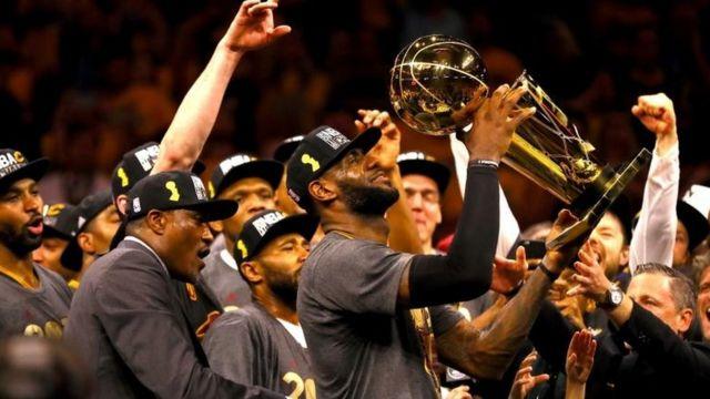 LeBron James sostiene el trofeo de campeón de la NBA luego que su equipo, los Cavaliers de Cleveland, derrotaran a los Golden State Warriors.