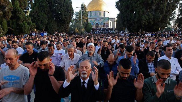 آلاف الفلسطينيين يؤدون صلاة العيد أمام المسجد الأقصى
