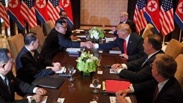 米朝首脳会談は、トランプ氏と金氏による一対一の会談の後、両政府幹部を交えた拡大会合に入った