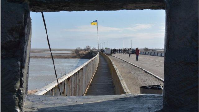 На додачу до втрат військової інфраструктури та техніки, Україні довелося облаштовувати як кордон межу з Кримом, який є частиної її території