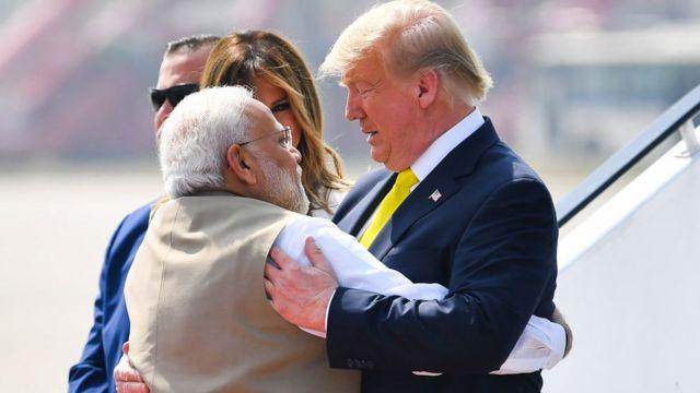 Narendra Modi dey hug Donald Trump