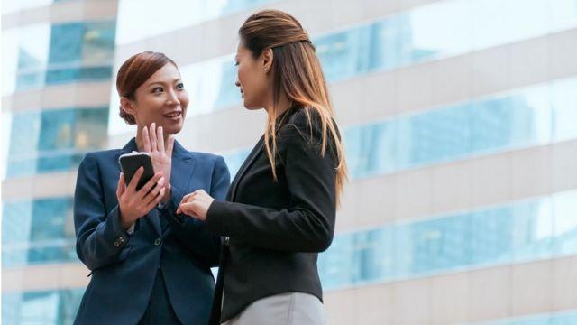 Dos mujeres chinas en un ambiente de trabajo.