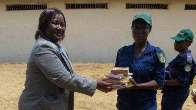 Charity group dey donate books to prison