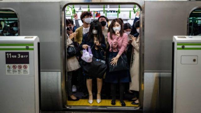 Pessoas espremidas em um vagão do metrô