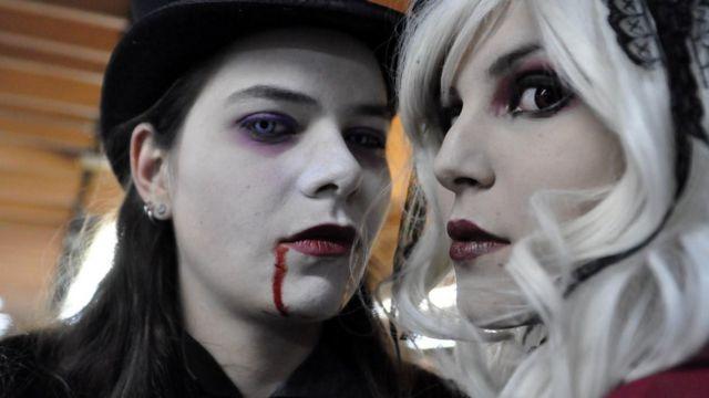 一名男子致電問波蘭是否有吸血鬼,因為他在網上認識的女生,在首次約會前問他甚麼血型。