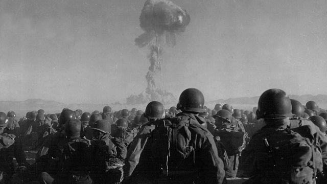 Американские солдаты во время испытаний атомной бомбы в Неваде в 1951 году