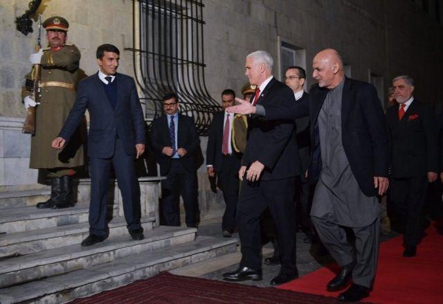 محمد اشرف غنی رییس جمهور افغانستان به مایک پنس خوش آمد میگوید