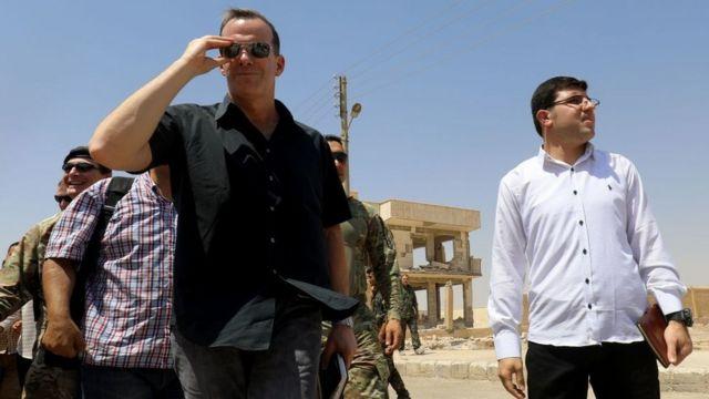 ABD'nin IŞİD ile Mücadele Özel Temsilcisi Brett H. McGurk, Rakka Sivil Meclisi ile toplantı için Suriye'de (17 Ağustos 2017)