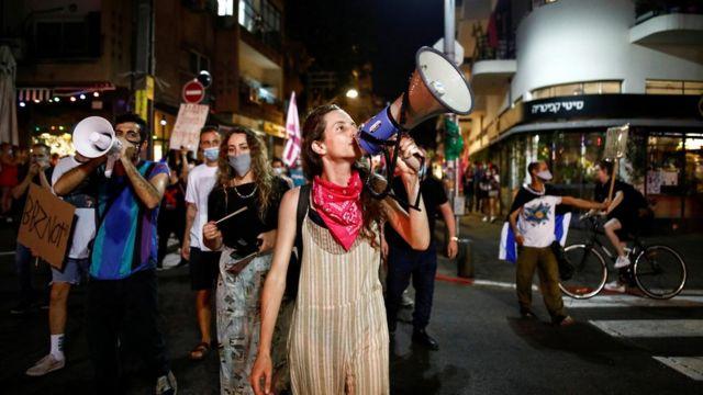 Manifestantes se han movilizado para protestar contra la forma en que Netanyahu ha enfrentado la pandemia.