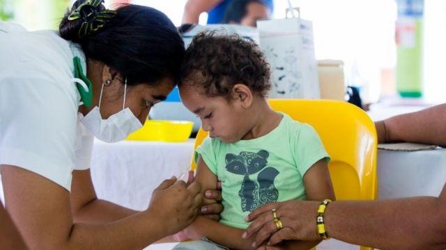 Criança sendo vacinada, em foto de 2019; vacinas da influenza, BCG e Tríplice Viral parecem ter efeito protetor indireto contra covid-19