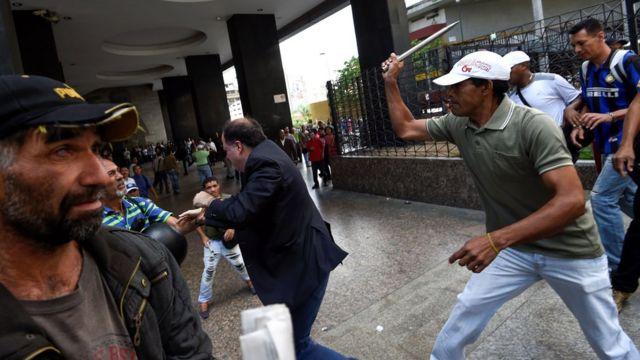 La oposición denunció el ataque de simpatizantes del gobierno.