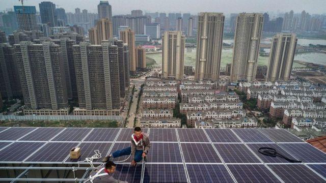 ألواح شمسية فوق أسطح المباني