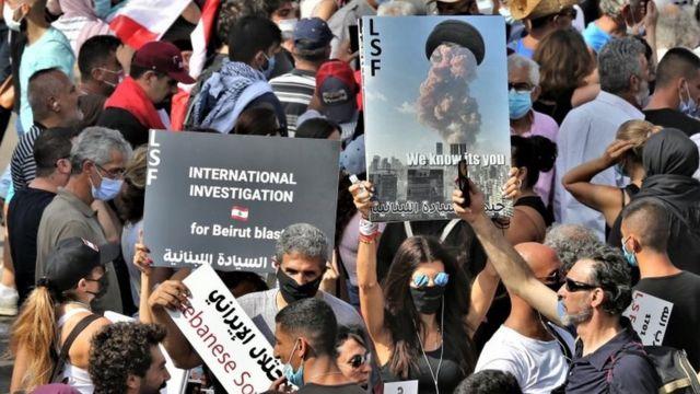 معترضان خشمگین تصویر انفجار را با عمامه حسن نصرالله ترکیب کردهاند و خواستار تحقیق گروه مستقل بینالمللی درباره انفجار شدهاند