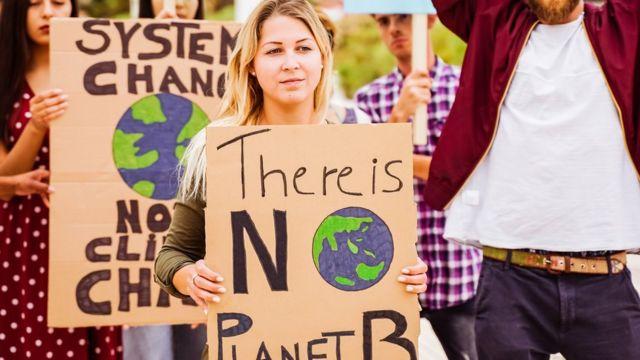 Personas se manifiestan por el cambio climático
