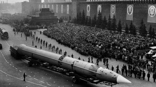 Misil intercontinental ruso en la Plaza Roja de Moscú, durante un desfile militar en 1965.