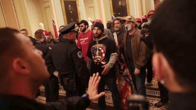 Демонстранти спілкуються з поліцією