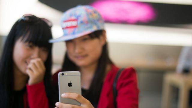 中國女孩使用蘋果手機