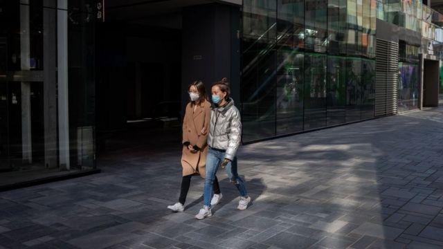 Mujeres caminan en una calle de China