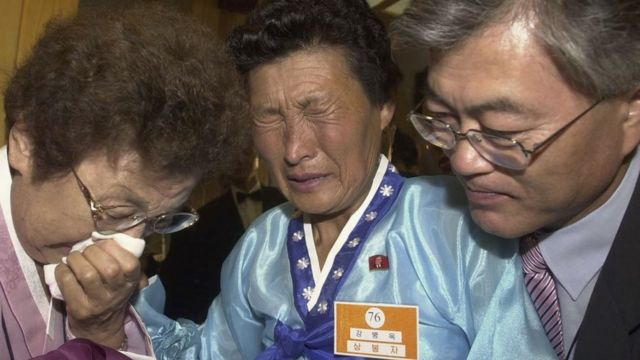 Moon Jae-In (R), a senior aide to South Korean President Roh Moo-Hyun, and his mother (L) are engaged in a tearful reunion with Moon's aunt (C) from North Korea