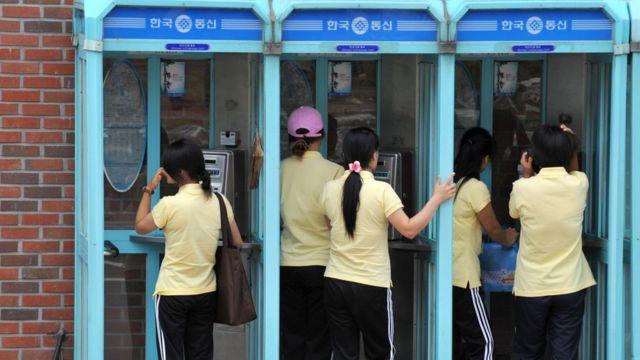 안성 하나원에서 공중전화를 쓰는 탈북민들