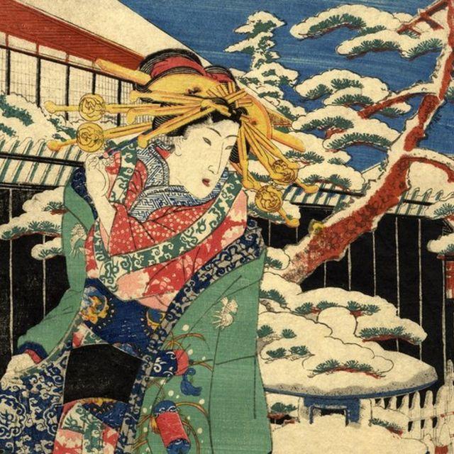 женщина в традиционном японском платье на прогулке зимой