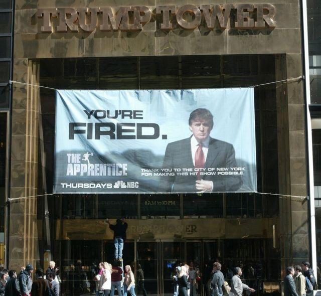 番組のポスターを掲げたニューヨークのトランプ・タワー(2004年4月)