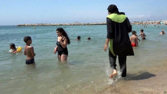Mujer con burkini en Francia