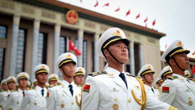Tropas frente a la sede del Parlamento chino.
